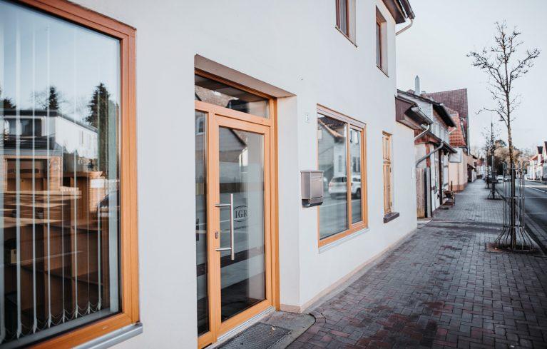 IGR-Gebäude-von-außen-mit-Blick-auf-Straße